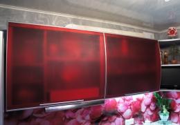 витрины кухни выполнены из акрилового  матового стекла